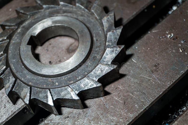 Metalu działanie Proces ząb przekładni koła koniec machining krajacza narzędziem przy fabryką zdjęcia royalty free