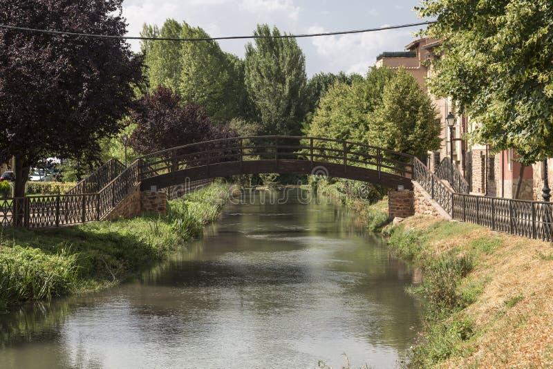 Metalu footbridge most na rzecznym Gallo w Molina De aragà ³ n, Guadalajara, Hiszpania zdjęcia stock