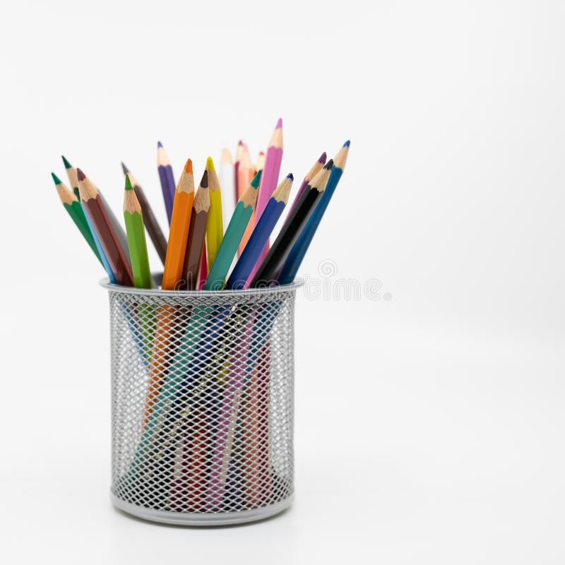 Metalu garnek zawiera koloryt ołówki zdjęcie stock