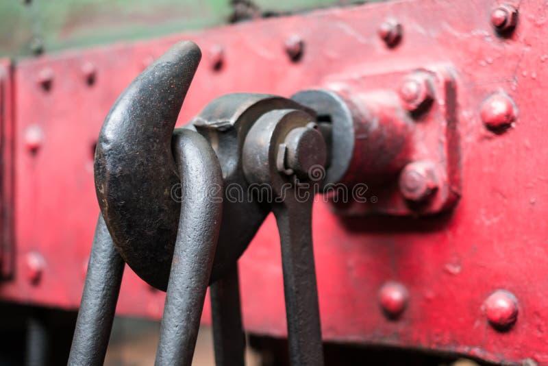 Metalu haczyk na pociągu - stalowy haczyk, przemysłowy szczegół obrazy royalty free