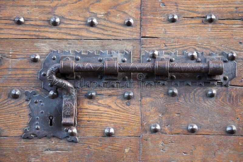 Metalu kędziorek na Drewnianym drzwi i rygiel obraz royalty free