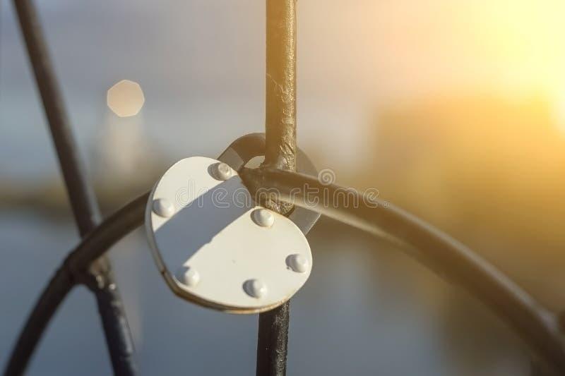 Metalu kędziorek w postaci białego serca przykuwa greting most na cześć miłość i lojalność ja fotografia royalty free