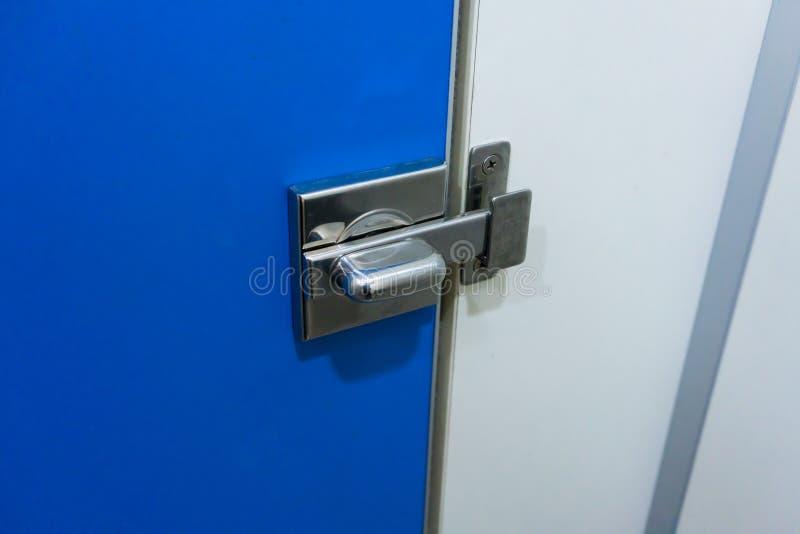 Metalu kędziorka zapadka dla kędziorka toaletowy błękitny drzwi obraz stock