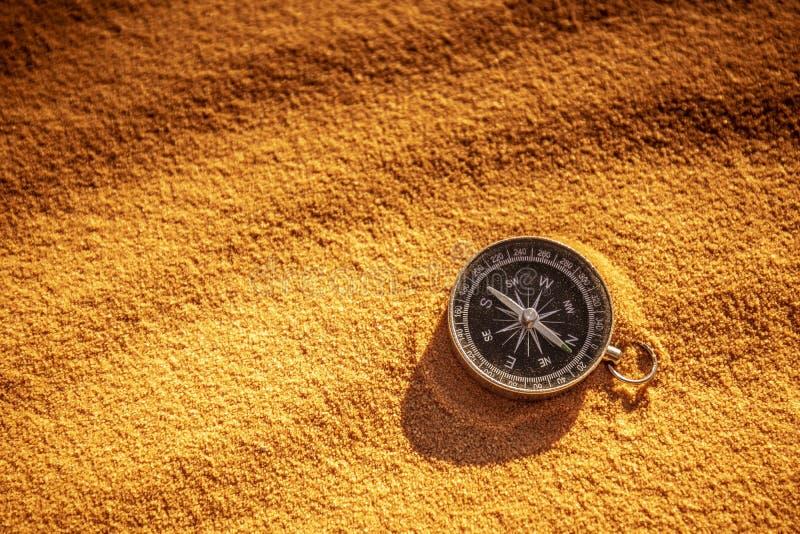 Metalu kompas na piasku obraz stock
