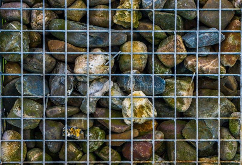 Metalu koszykowy pełny otoczaków kamienie, dekoracyjny ogrodowy architektury tło fotografia royalty free