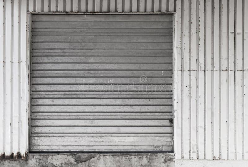 Metalu magazynu ściana z zamkniętą bramą zdjęcia royalty free