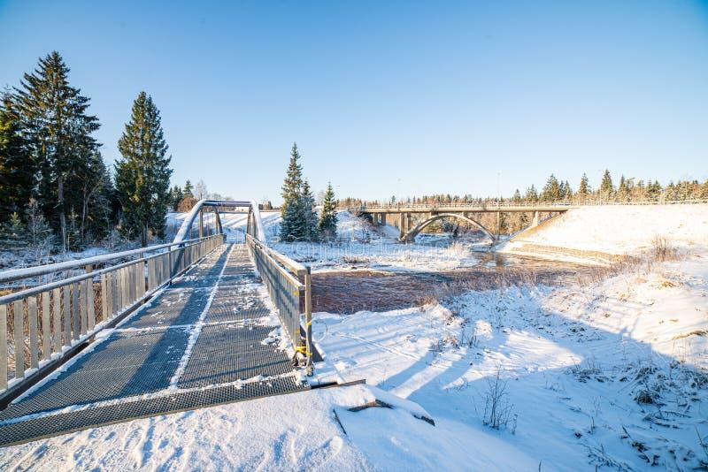 metalu most nad rzek? w kraju obraz royalty free