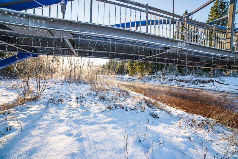 metalu most nad rzek? w kraju obrazy stock