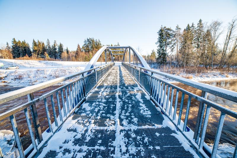 metalu most nad rzek? w kraju zdjęcia stock
