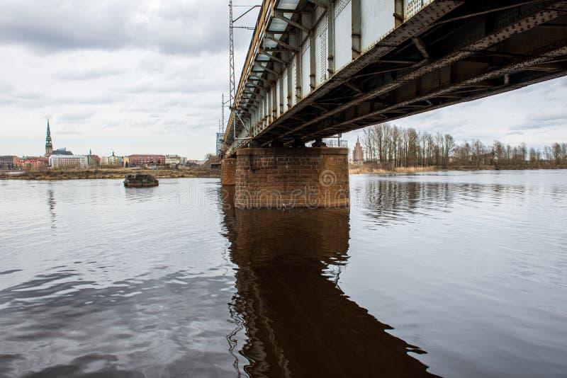 metalu most nad rzek? w kraju obrazy royalty free