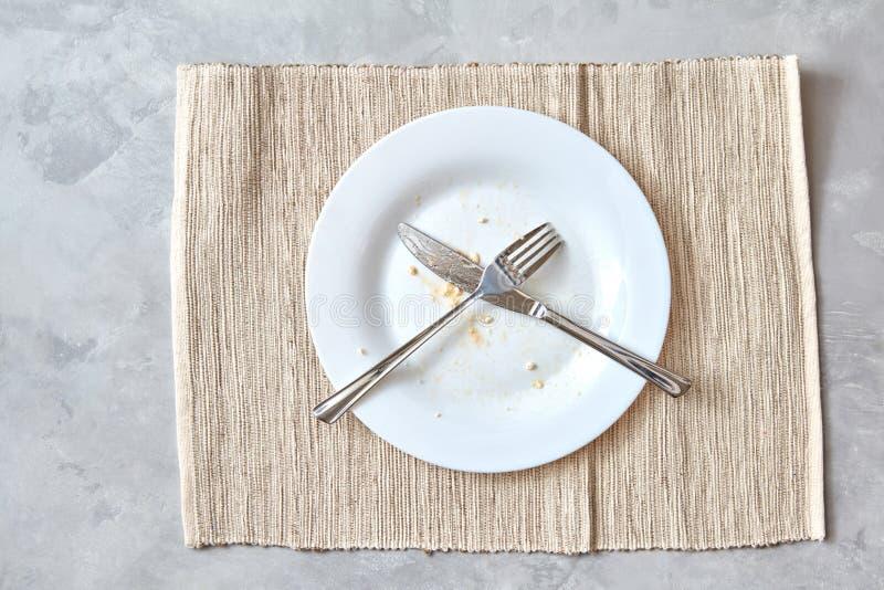 Metalu nóż na kamiennym stole i rozwidlenie przygotowania cutlery po posiłków obraz royalty free