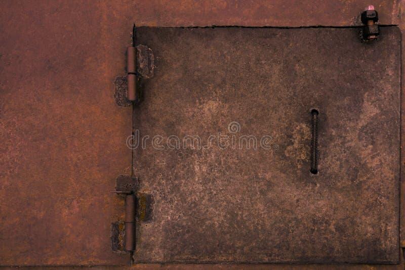 Metalu nieociosany drzwiowy ląg Wietrzejąca rocznik przemysłowa powierzchnia z spawów punktami i rdzy Brudnym czerwonym szorstkim fotografia stock
