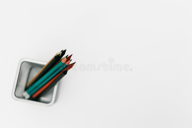 Metalu ołówkowy właściciel pełno kolorowi ołówki, odgórny widok nad, odizolowywający nad białym tłem zdjęcia stock