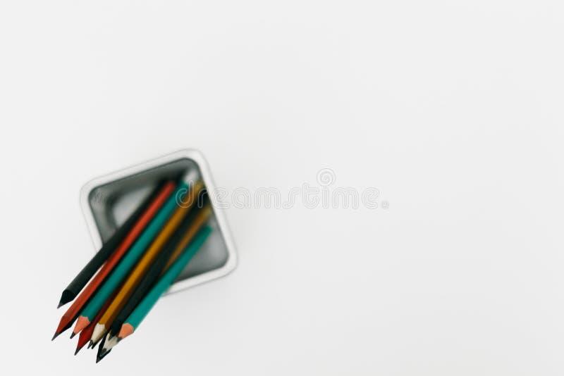 Metalu ołówkowy właściciel pełno kolorowi ołówki, odgórny widok nad, odizolowywający nad białym tłem fotografia stock
