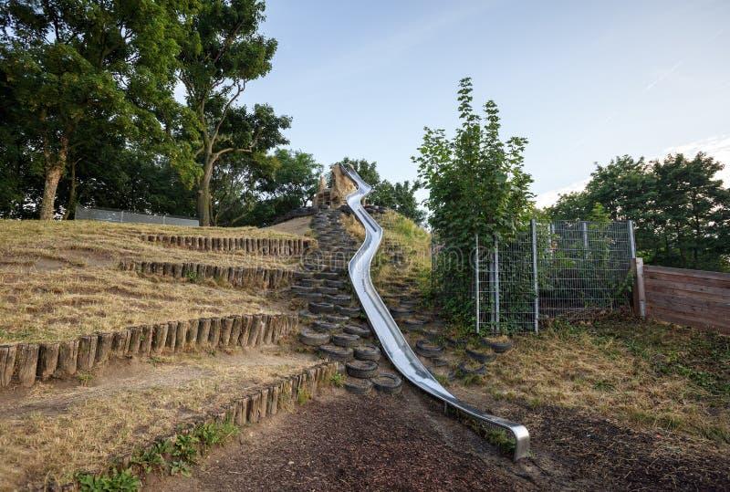 Metalu obruszenie instalujący na dziecka boisku w plociucha parku austria Vienna zdjęcie royalty free