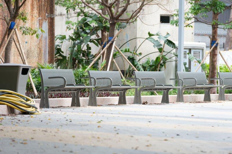 Metalu ogrodowy krzesło w ogródzie fotografia stock