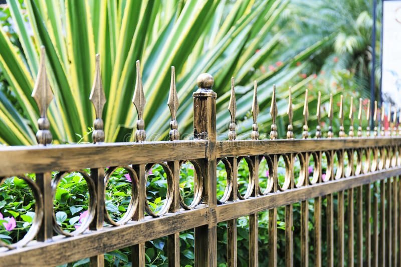 Metalu ogrodzenie, żelaza ogrodzenie z miedzianym kolorem obraz royalty free