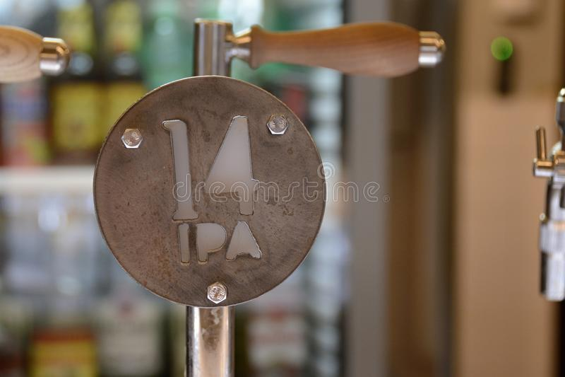 Metalu piwa klepnięcie dla India Bladego Ale, republika czech, Europa obrazy stock