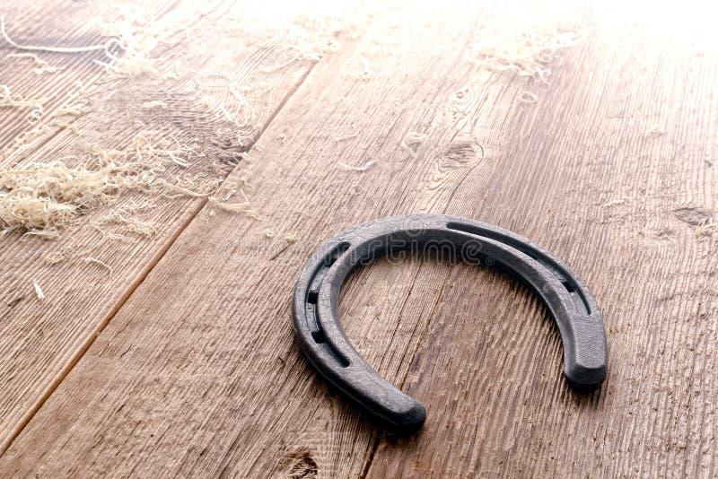 Metalu Podkowa na Antykwarskiej Drewnianej Podłoga w Stajni fotografia stock
