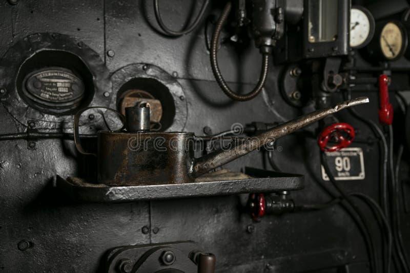Metalu podlewania puszka dla parowozowego oleju stojaków w kabinie stara parowa lokomotywa, tło obrazy royalty free