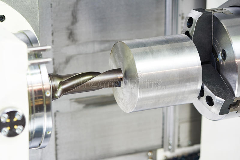 Metalu pracujący musztrowanie na maszynowym narzędziu zdjęcia stock