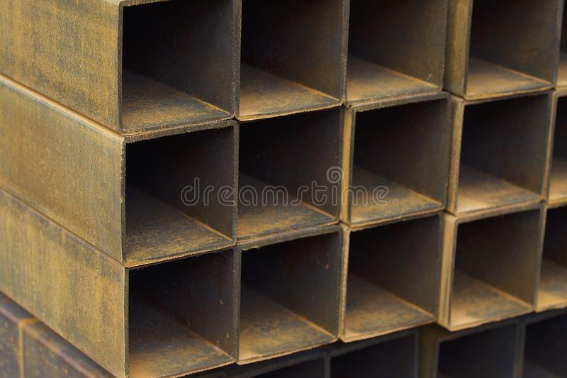 Metalu profilu drymba prostokątny przekrój poprzeczny w paczkach przy magazynem metali produkty fotografia stock