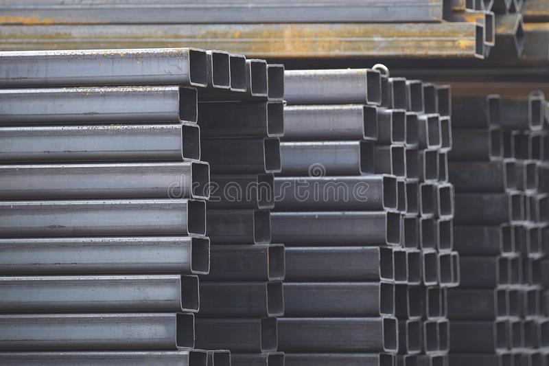 Metalu profilu drymba prostokątny przekrój poprzeczny w paczkach przy magazynem metali produkty obraz stock