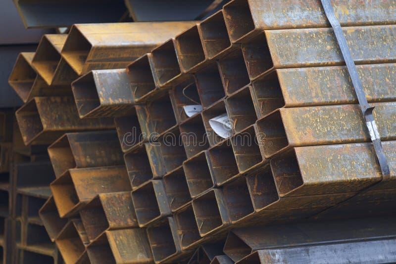 Metalu profilu drymba prostokątny przekrój poprzeczny w paczkach przy magazynem metali produkty zdjęcie stock