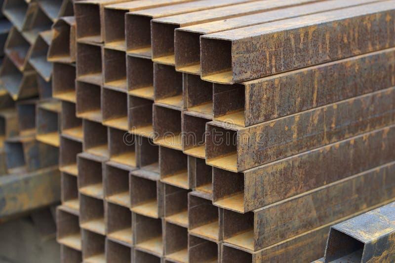 Metalu profilu drymba prostokątny przekrój poprzeczny w paczkach przy magazynem metali produkty obrazy stock