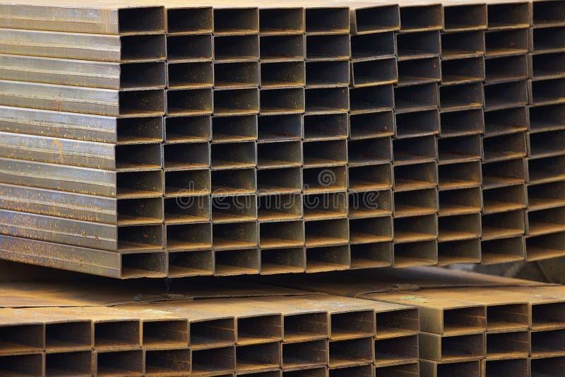 Metalu profilu drymba prostokątny przekrój poprzeczny w paczkach przy magazynem metali produkty obraz royalty free