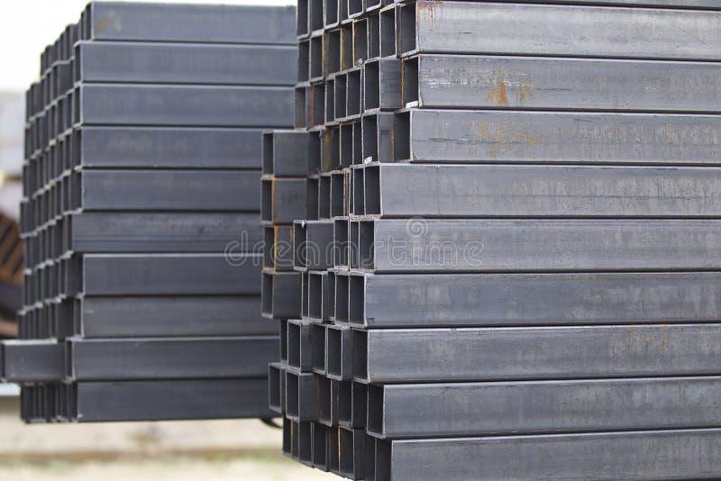 Metalu profilu drymba prostokątny przekrój poprzeczny w paczkach przy magazynem metali produkty obrazy royalty free