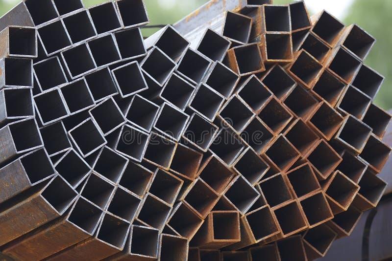 Metalu profilu drymba prostokątny przekrój poprzeczny w paczkach przy magazynem metali produkty fotografia royalty free