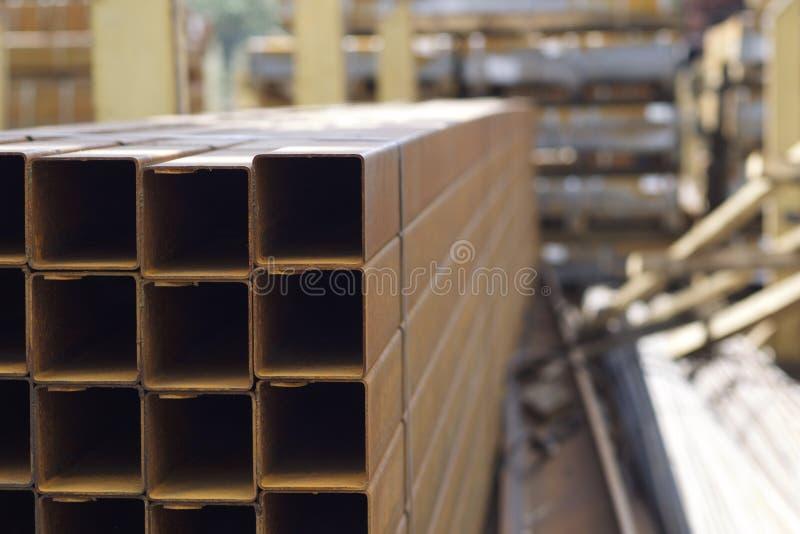 Metalu profilu drymba prostokątny przekrój poprzeczny w paczkach przy magazynem metali produkty zdjęcie royalty free