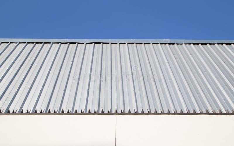 Metalu prześcieradła ściana z niebieskim niebem obrazy royalty free