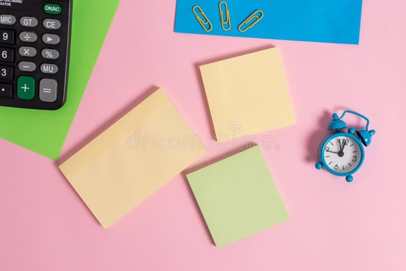 Metalu rocznika budzika wakeup dwa pustego papieru prześcieradeł klamerek notepads tła kalkulator barwiący pusty tekst zdjęcie stock
