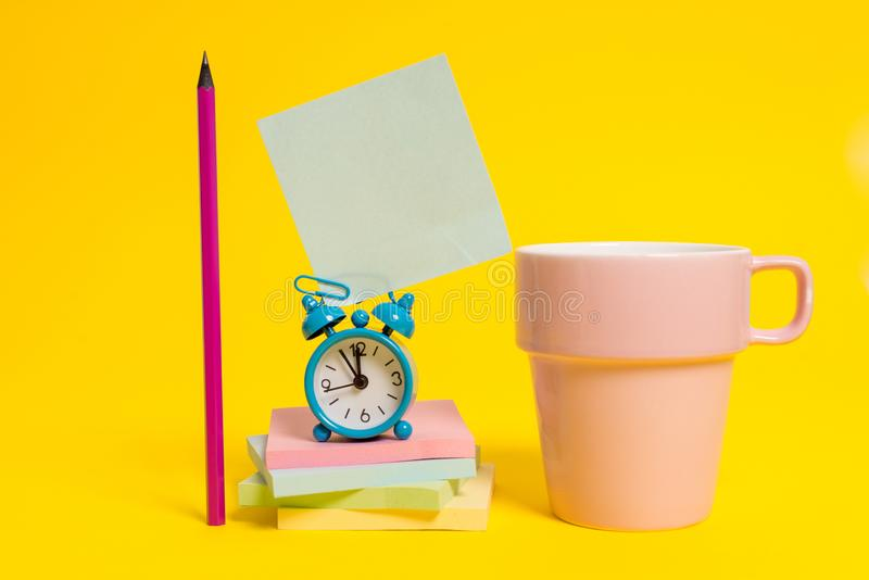 Metalu rocznika budzika wakeup pustego miejsca kwadrata retro ołówkowej kleistej nutowej filiżanki multicolor brogujący notepads  zdjęcia royalty free