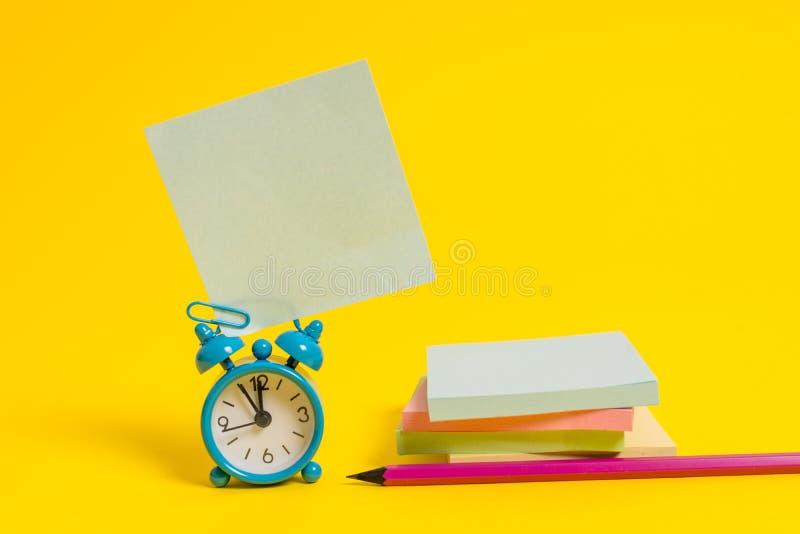 Metalu rocznika budzika wakeup pustego miejsca retro kwadrata kleiści nutowi ołówkowi multicolor brogujący notepads barwili tło zdjęcie royalty free