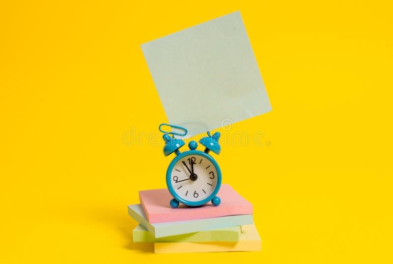 Metalu rocznika budzika wakeup pustego miejsca retro kwadrata kleisty nutowy multicolor brogujący notepads barwiący tło Pusty obrazy royalty free