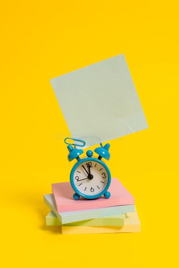 Metalu rocznika budzika wakeup pustego miejsca retro kwadrata kleisty nutowy multicolor brogujący notepads barwiący tło Pusty obraz stock