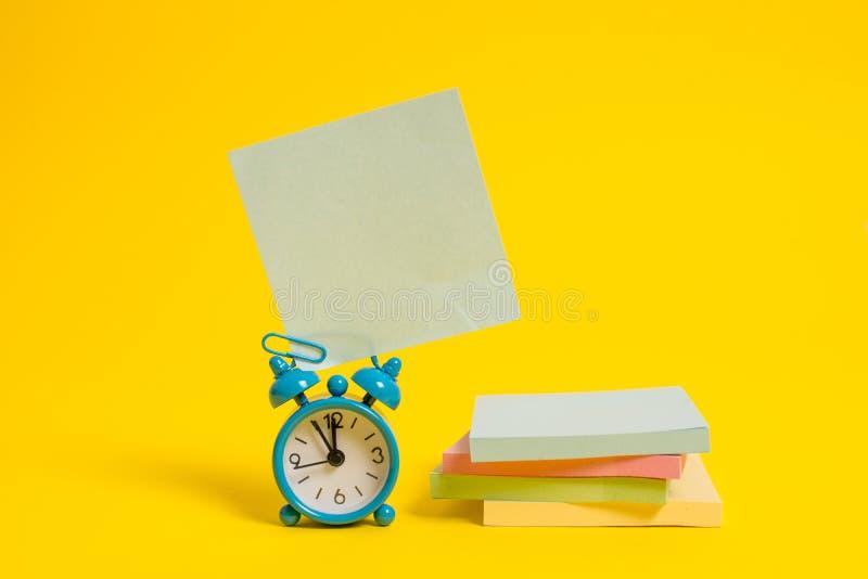 Metalu rocznika budzika wakeup pustego miejsca retro kwadrata kleisty nutowy multicolor brogujący notepads barwiący tło Pusty zdjęcia royalty free