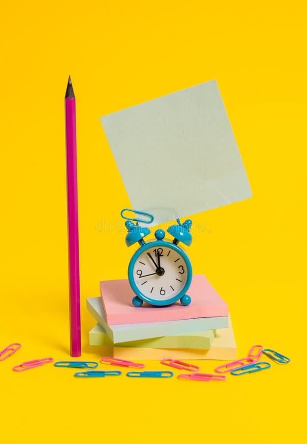 Metalu rocznika budzika wakeup pustego miejsca retro kwadrata ołówkowa kleista notatka przycina multicolor brogujących notepads b obraz stock