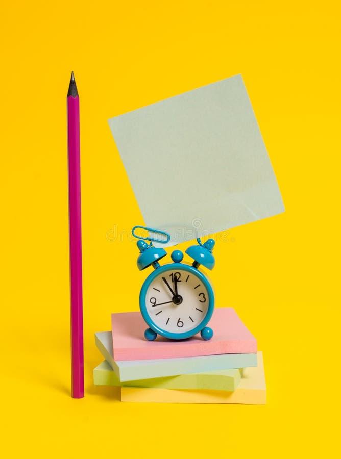 Metalu rocznika budzika wakeup pustego miejsca retro kwadrata ołówkowi kleiści nutowi multicolor brogujący notepads barwili tło zdjęcia stock