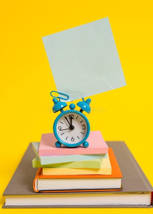 Metalu rocznika budzika wakeup pustego miejsca retro kwadrata starych książek kleiści nutowi multicolor brogujący notepads barwil zdjęcie royalty free