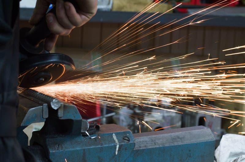Metalu rozcięcie z szlifierską maszyną z iskrami obrazy royalty free