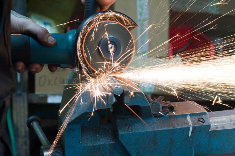 Metalu rozcięcie z szlifierską maszyną z iskrami zdjęcie stock