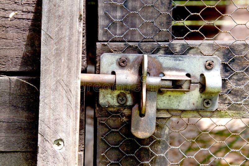 Metalu rygiel Na Drucianej siatki drzwi Ptasia woliera zdjęcia stock