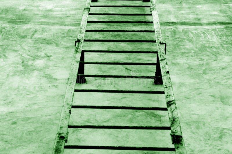 Metalu schody na cement ścianie w zielonym brzmieniu ilustracji
