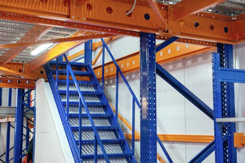 Metalu schody, przemysłowy abstrakcjonistyczny wnętrze zdjęcie royalty free