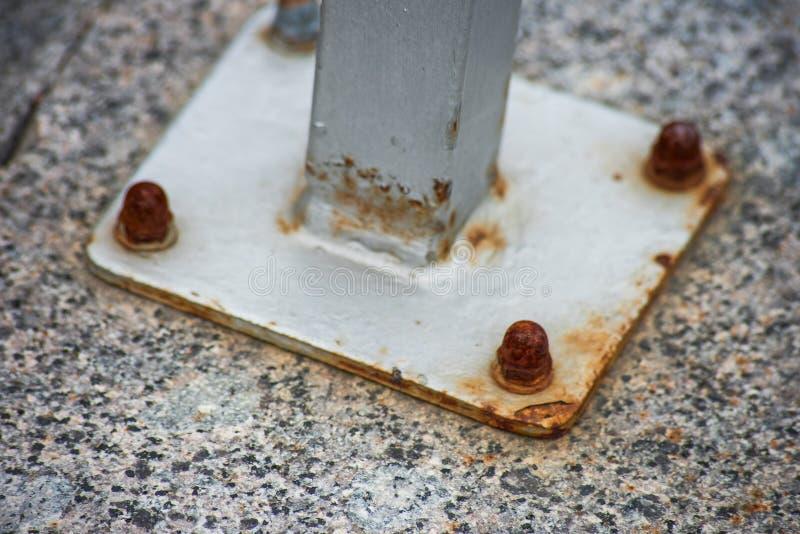 Metalu stojak dołączał ośniedziałymi ryglami granit obraz stock