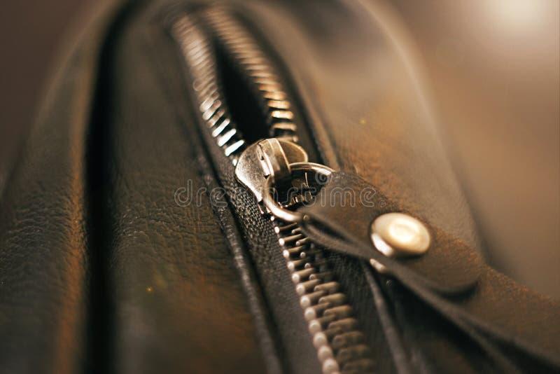 Metalu suwaczek na czarnej rzemiennej torbie obraz stock